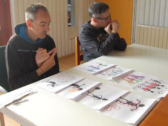 En Miguel i en Jordi elaboren el projecte amb l'ajuda de material adaptat.