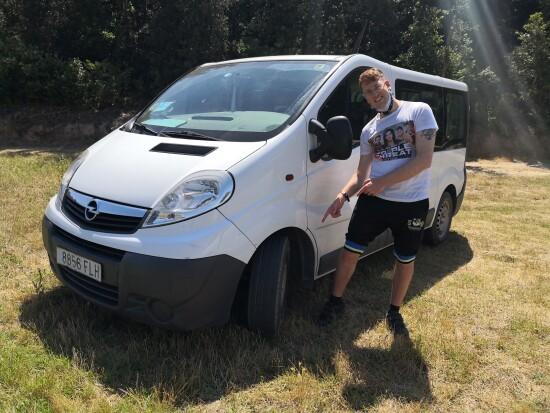 En Sergi ens mostra els pneumàtics ja col·locats al vehicle que utilitza la bombolla d'El Petit Príncep.